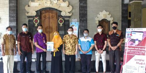 Lacak Mobilitas Warga ITB STIKOM Bali Pasang QRCode di Banjar Merta Nadhi, Siapkan Bali Bebas Covid-19