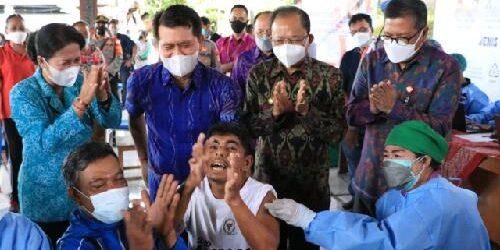 Sapa Penyandang Disabilitas di Kegiatan Vaksinasi di Desa Getakan, Gubernur Koster Ajak Warga Patuhi Prokes