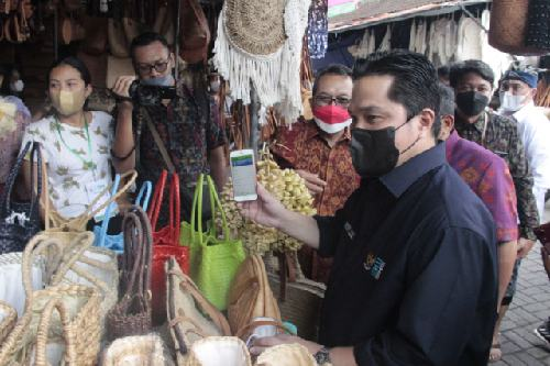 Belanja Produk Kerajinan di Pasar Ubud, Menteri Erick Tohir Gunakan QRIS