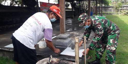 Kodim Karangasem dan Warga Gotong Royong Pasang Keramik di Bale Pesandekan dan Gedong Suci Pura Mastima