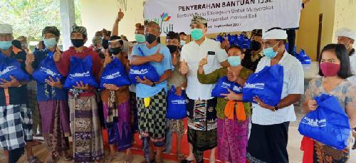 """""""PSR Menyama Braya"""", Bantu 590 Paket Sembako dan Masker di Desa Adat Klusa"""
