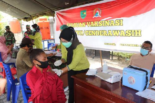 """Serbuan Vaksinasi Covid-19 Kodam XVII/Cenderawasih """"Diserbu"""" Warga"""