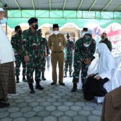 Panglima TNI Tinjau Vaksinasi Covid-19 di Ponpes Yajri Payaman